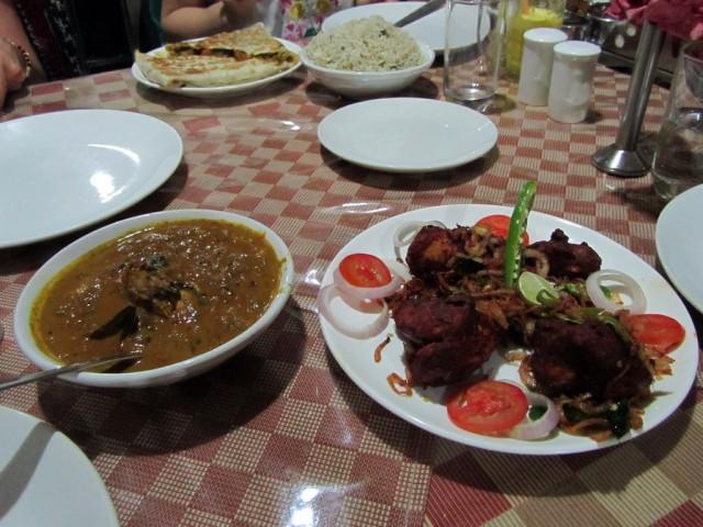 """Ужин в """"дорогом ресторане"""" Султанбатери, на заднем фоне -""""шриланкийская паратха"""""""