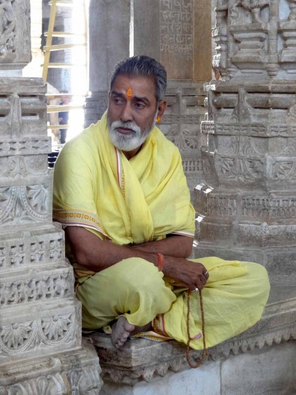 Священник в джайнском храме. Ранакпур