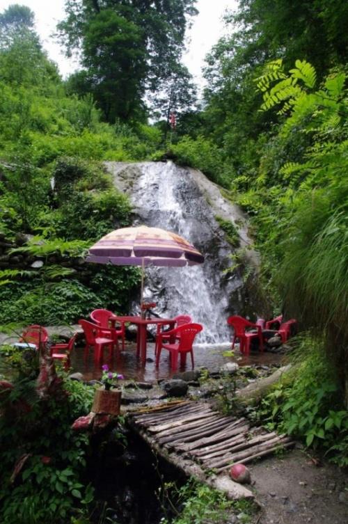 маленький водопад с кафе