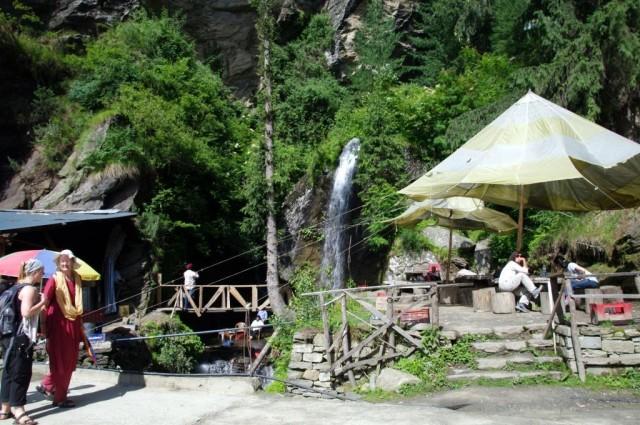 большой и загаженный водопад