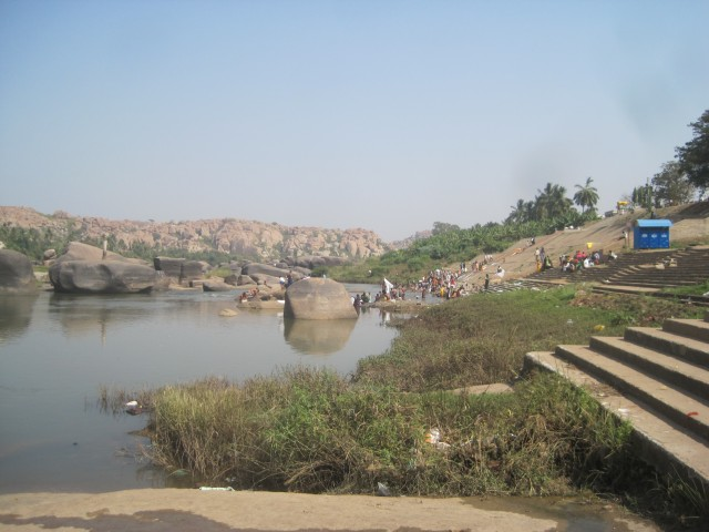 переплава с одного берега на другой на лодке осуществляется постоянно,туристы живут обычно на противоположном берегу как и я
