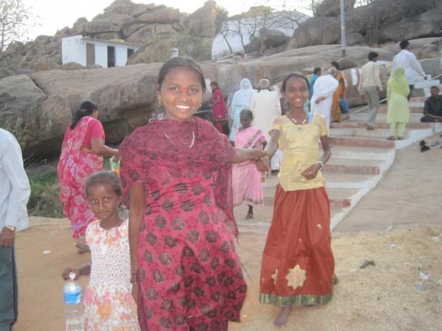 Индианки поднимаются в храм ,где дерево желаний есть)
