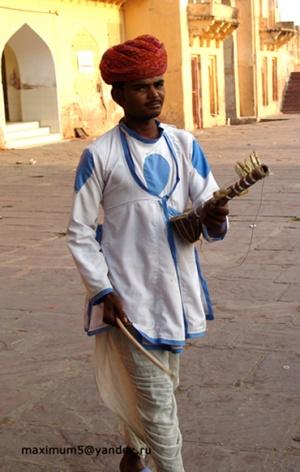 мальчик с музыкальным инструментом
