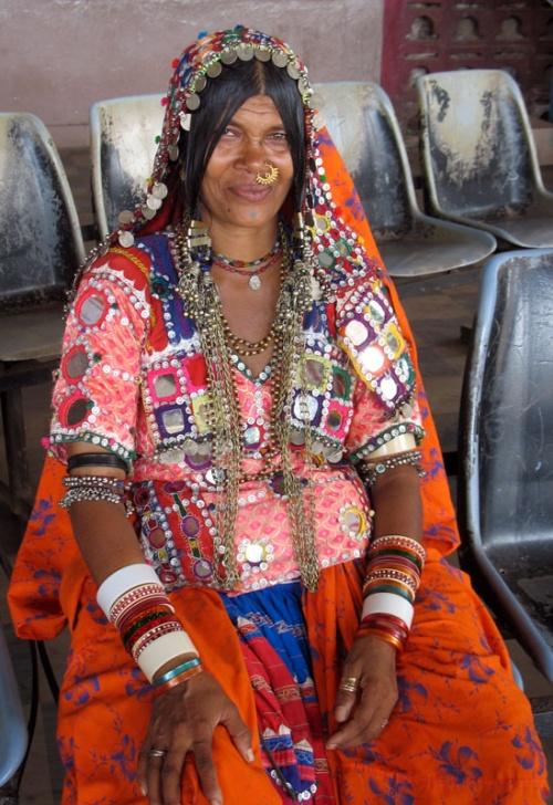 Женщина в карнатакском костюме на автостанции