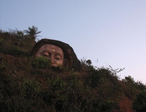 Каменная голова на холме около храма Шрирам