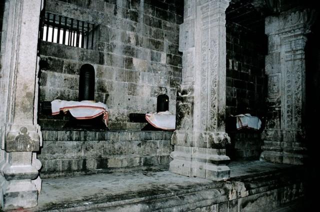 Ещё один крупнейший храм - вдоль стены внутреннего помещения - десятки лингамов