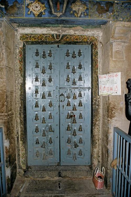 Дверь в колокольчиках