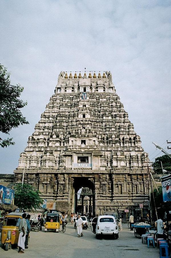 Один из крупнейших храмов - вход
