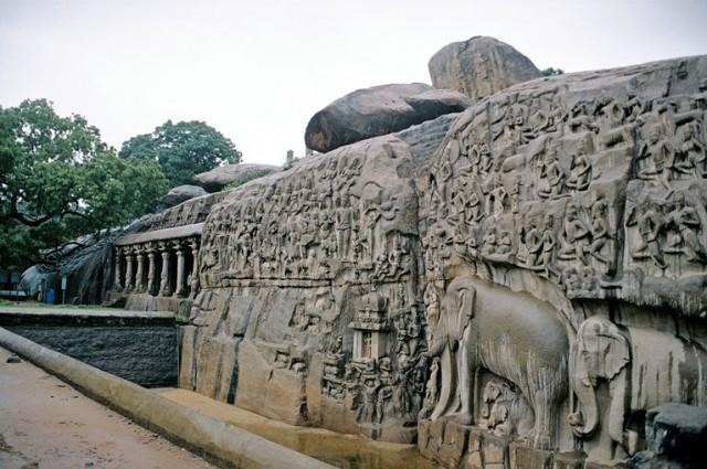 Знаменитая скала, примыкающая к скальному же храму и покрытая барельефами - высота 6-7 метров, сколько на это ушло человеко-часов - тяжело даже представить