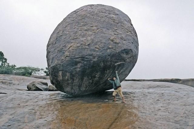 Закачу ка мячик на верх ))...то же удивительно - склон где то градусов 35-40 - и этот шар торчит на нем и не катится