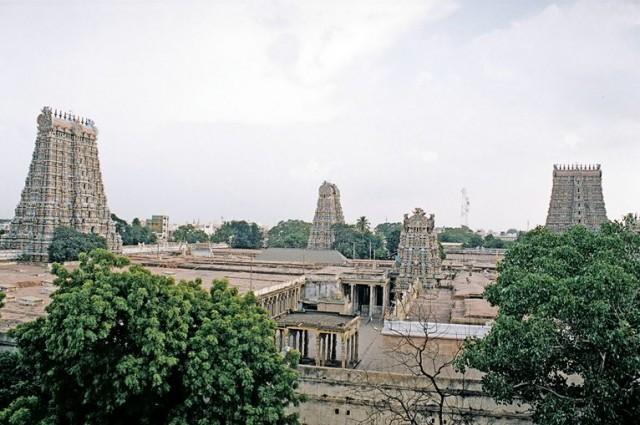 Вид на храм со смотровой площадки на соседней улице