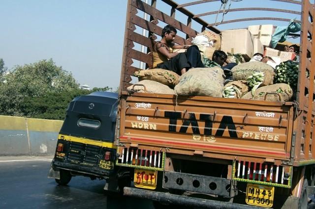 5 минут и уже ясно что слово TATA в Индии на каждом шагу )