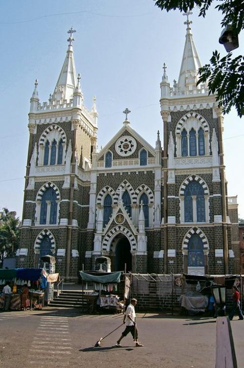 В Иных районах удивительно чисто, особняки звезд кино и христианские храмы