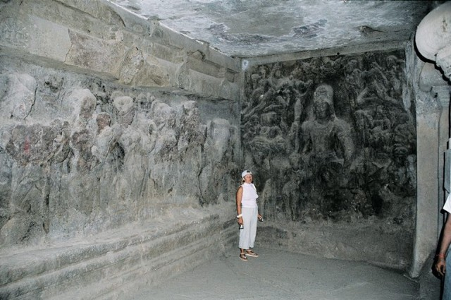 Барельефы и туристы)