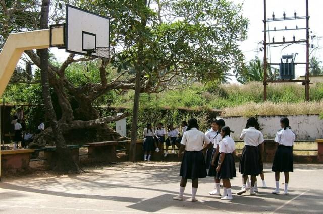 Другая школа. В каждой школе - свой вид формы.