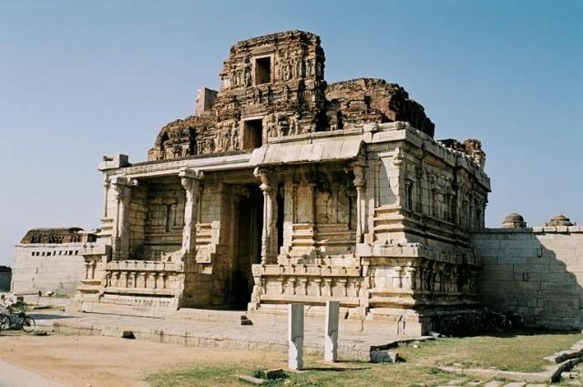 Храмы немного потрепаны, но в целом в порядке - гранит вещь надежная