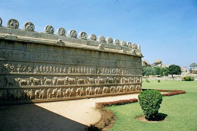Очередной храм с изумительными барельефами