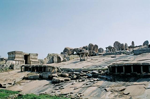 Вид на плато с древним джайнистским храмом
