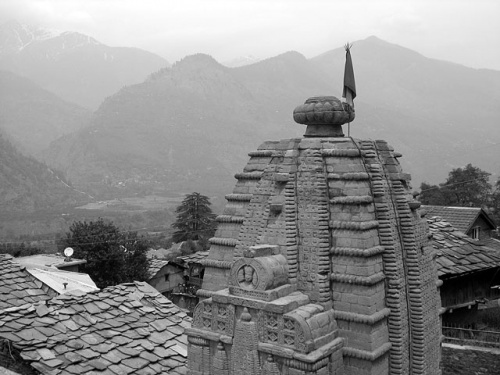 Купол храма Шри Гаури Шанкар, крыши домов Наггара и крыша мира – Гималаи