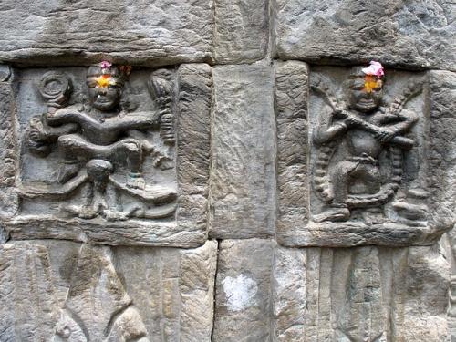 Изображения богов на стенах храма