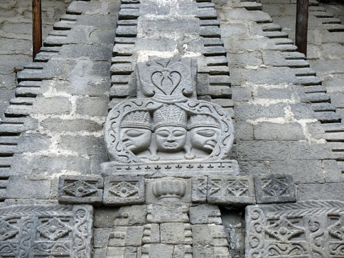 Лики над входом в храм Вишну.