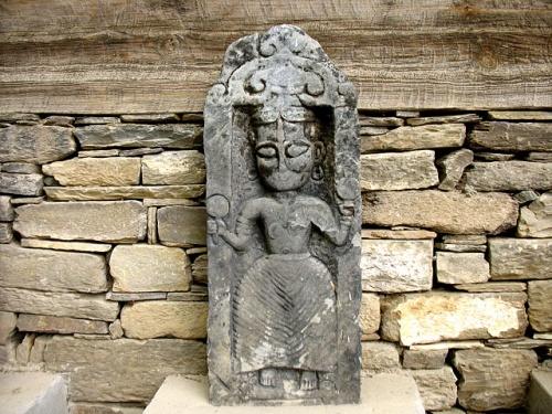 Каменные плиты с рельефами у стен замка в Наггаре