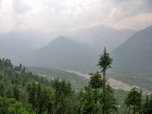 Вид с террасы храма Кришны на долину Куллу.