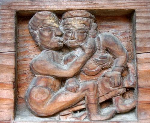 Деревянная резьба в храме: любовная сценка