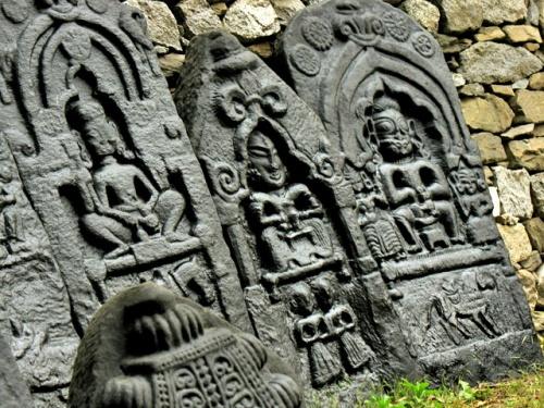 каменные плиты с рельефами, которые собирал Николай Рерих