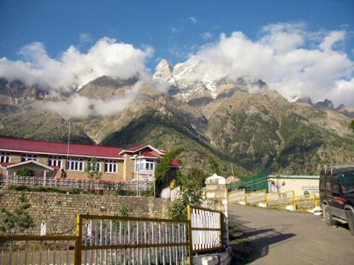 Вот такие горы возвышаются над Санглой