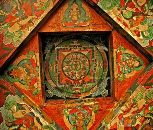 Буддистский рисунок на потолке ворот в Камру