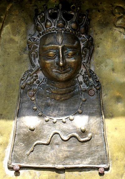 Изображение богини на воротах храма Камакши в Форте Камру