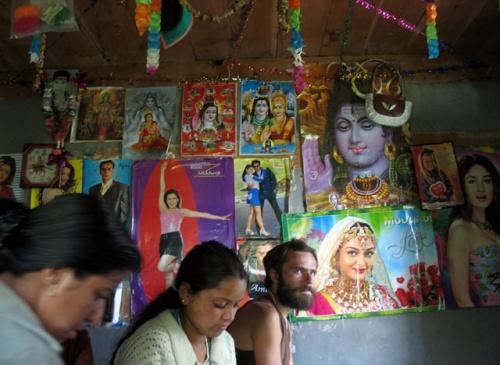 В гостях. На стенах комнаты - типичный индийский микс: индуистские боги и болливудские красавицы