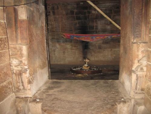 лингам в пещерном храме