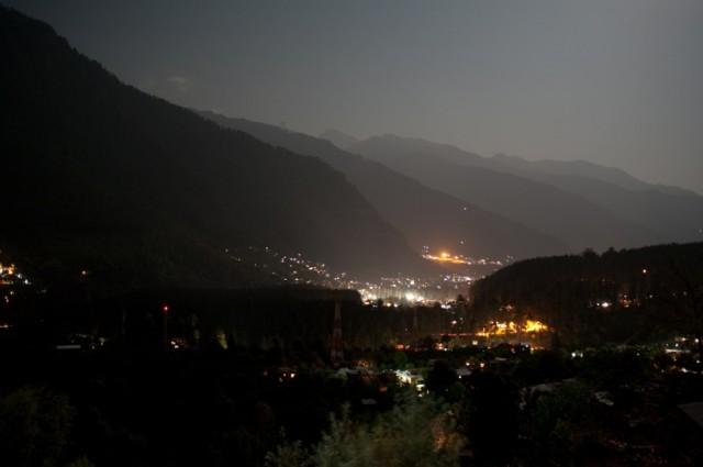 И ночью (вид на Манали из Олд Манали)
