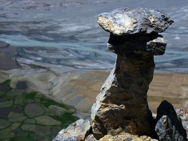 """Каменный """"гриб"""" на обрыве"""