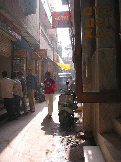Это тот самый переулок с туалетом. Он за мопедиком рикши.