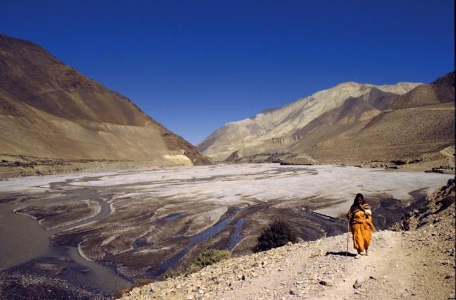Паломница в долине Кали Гандаки