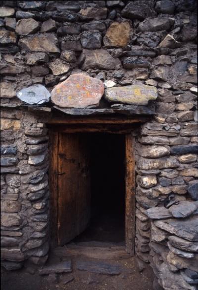 Дверь дома в Долпо с молитвенным камнем