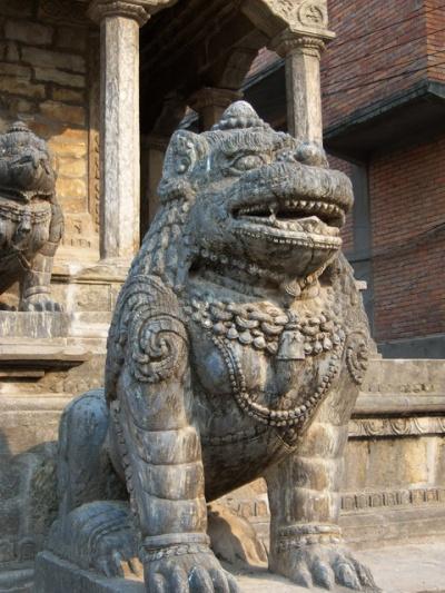 Каменная статуя в Патане
