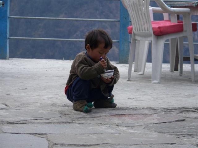 малыш кушает рис