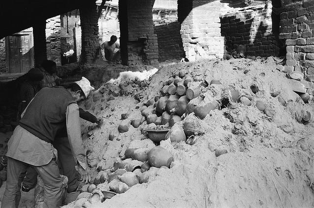 В Бхактаруре обжигают посуду из глины в куче соломы