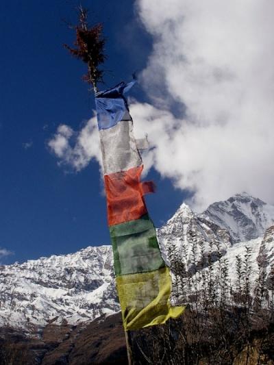 буддистские флаги.