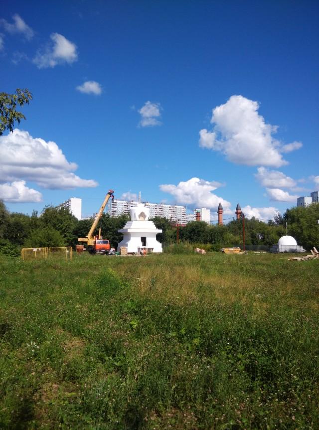 буддийская ступа в парке Отрада в Москве