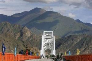 Мост через реку Лхаса, по которому проходит железная дорога