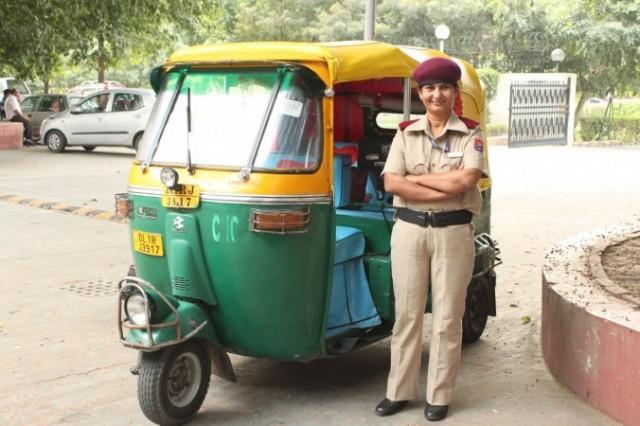 первая женщина-водитель трехколесного такси в индийской столице