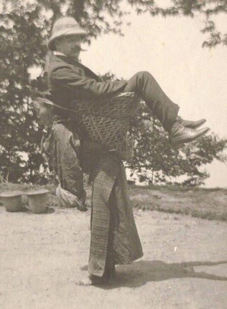 Колонизатор-англичанин использует местную женщину в качестве транспорта. Бенгалия, Британская Индия. 1903 год.