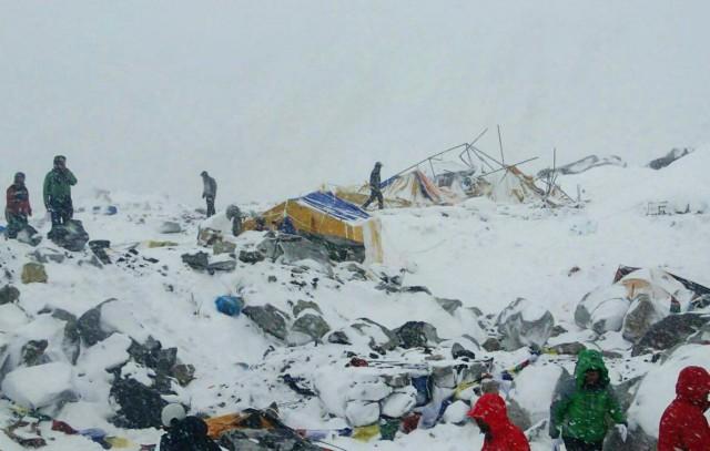 Базы на эвересте после схода лавин