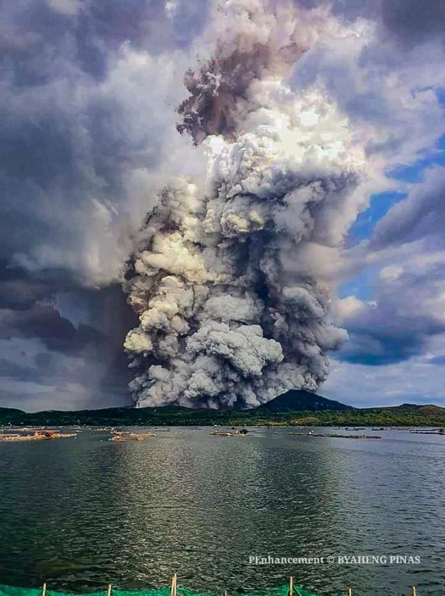 Вид с моря на вулкан