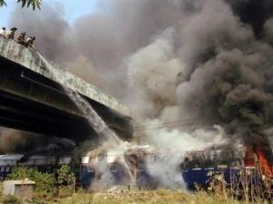Индийские пожарные тушат возгорание в поезде